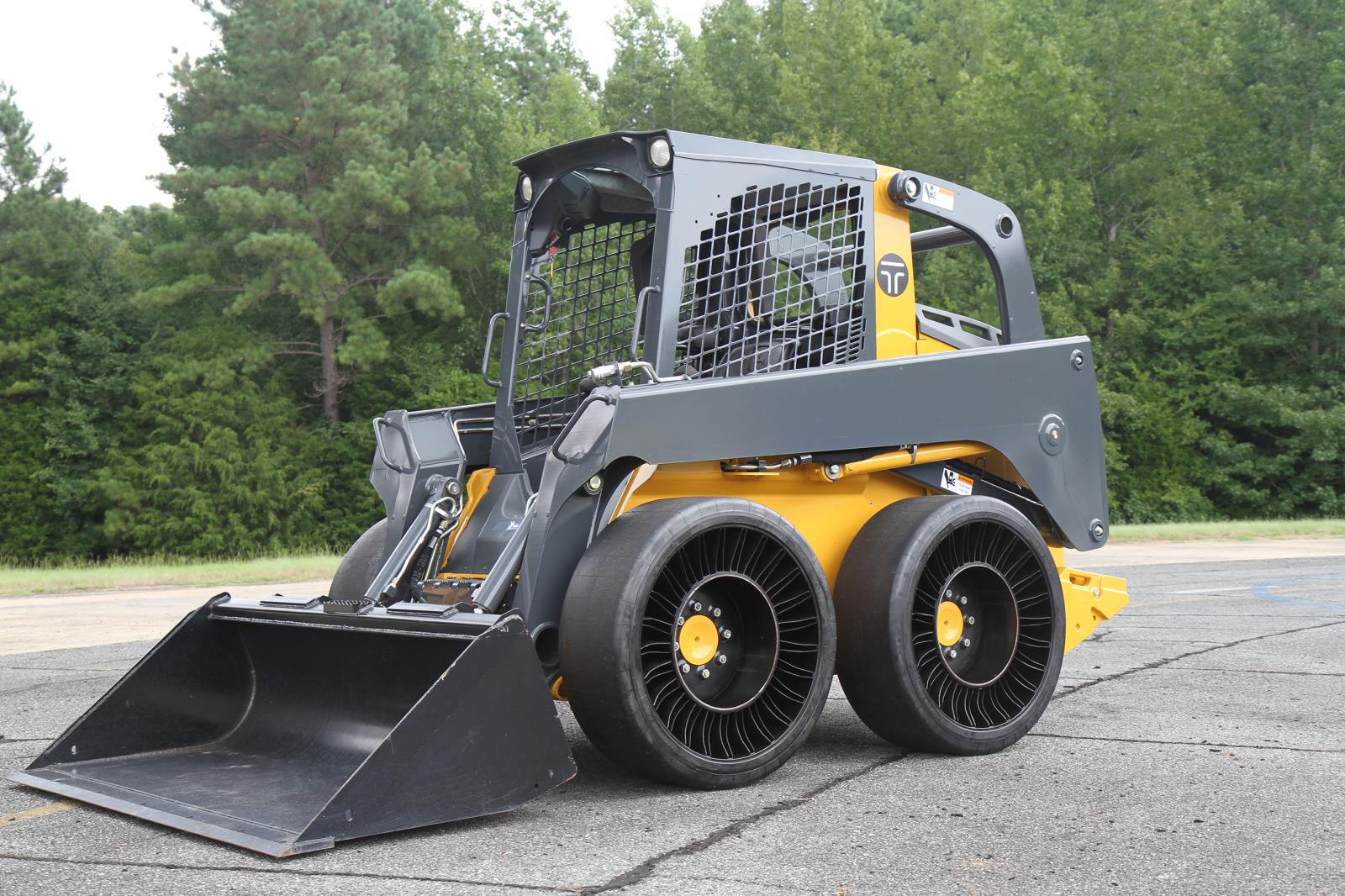 MICHELIN_X_TWEEL_SSL_Hard_Surface_on_skid_steer.JPG